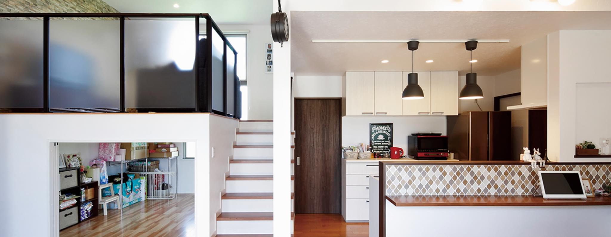 カフェ風のキッチンと大収納のあるスキップフロアのリビング