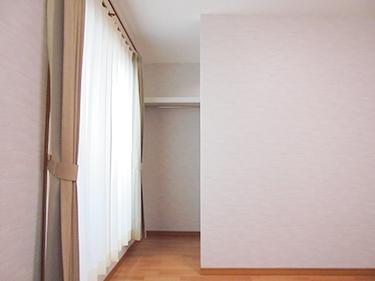 主寝室の大きな窓は居室空間とWIクローゼットの中間に設けました。クローゼットの中も明るいし、湿気もこもらず換気もバッチリ。