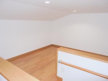 屋根裏の空間を利用しまして収納を創りました。これだけあれば季節物はもちろん、家族の思い出もしっかり収納できます。