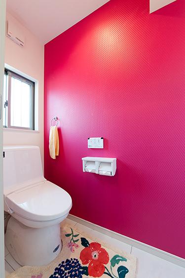 トイレももちろん赤です。 トイレの暗いイメージから爽やかな印象になりました。