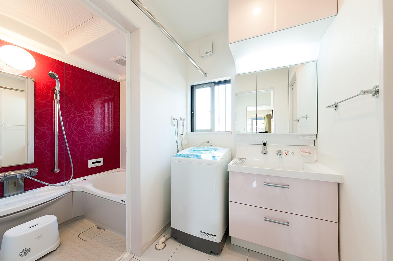 洗面、お風呂も赤を取入れることで明るい空間になりました。