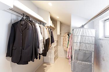 ウォークインクロゼットも大きく設置。たくさんある洋服もすっきり収納できます。