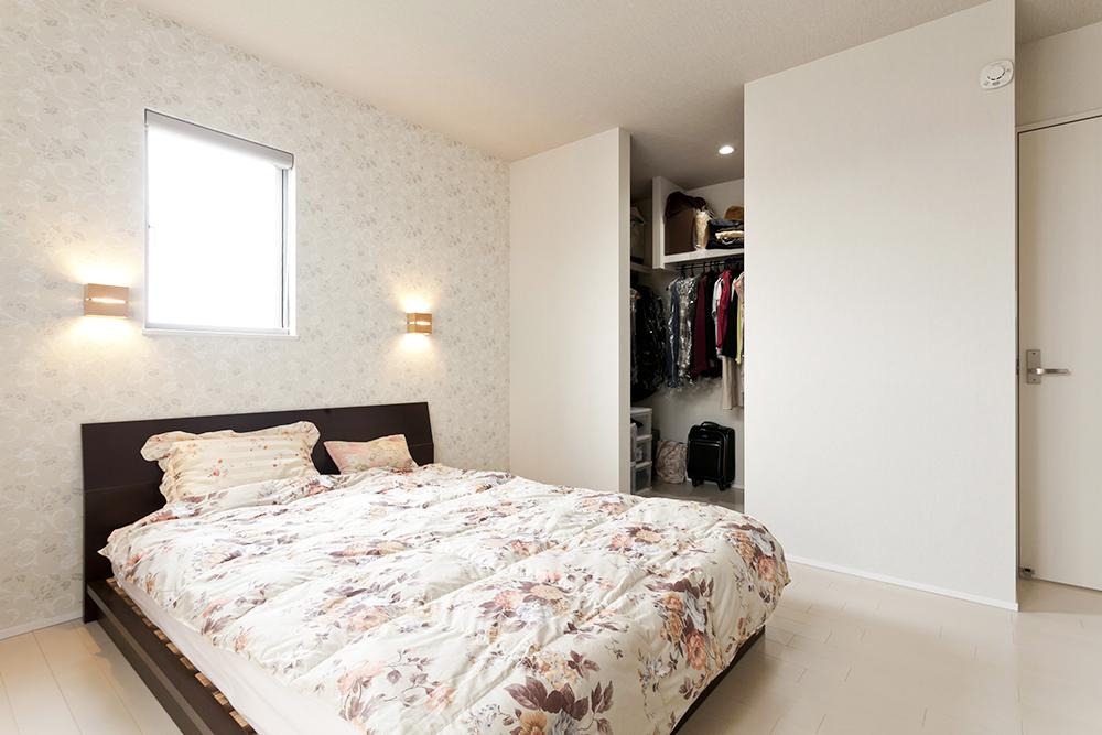 主寝室は大きなウォークインクローゼットとベットの頭面にはクロスと照明で演出してみました。