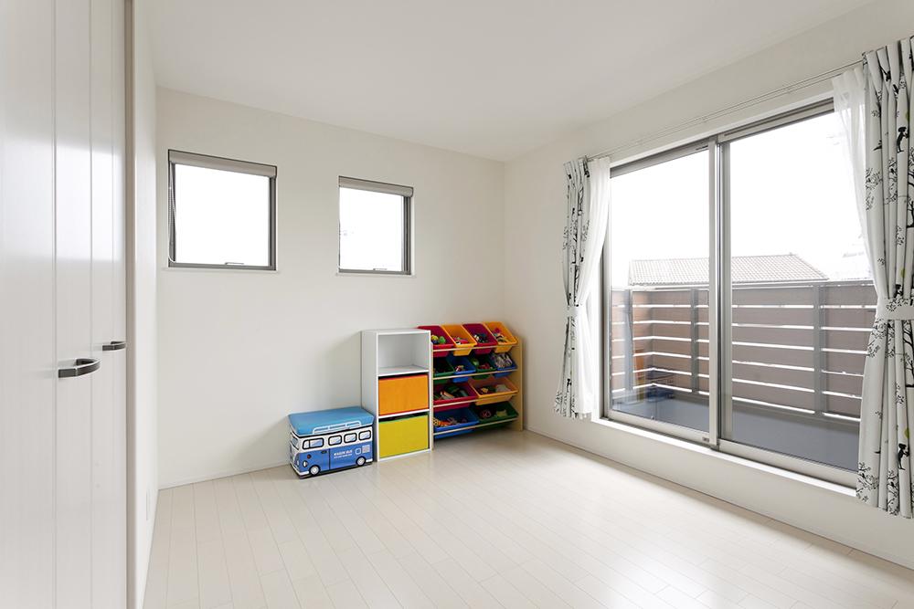 子供部屋も白くすることで明るく、自分なりに色づけする楽しみが増えますね。