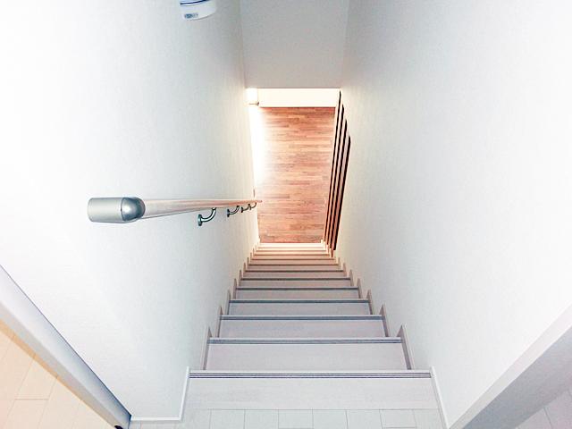 2階のプライベート空間からLDKにつながる階段。この先には家族が集う空間が広がる。