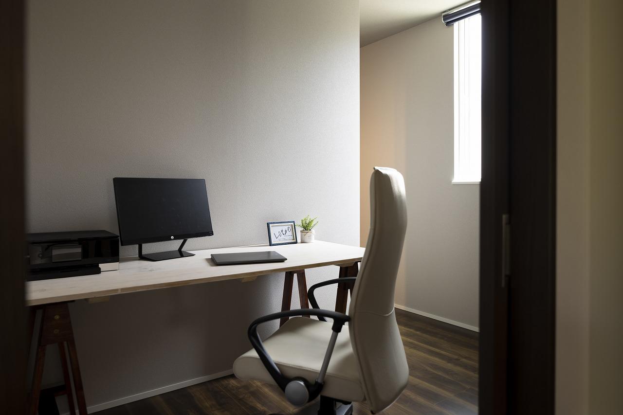 寝室横には、ウォークインクローゼットとテレワークスペースもあり、生活しやすい動線になりました。